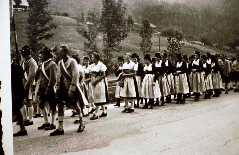 Trachtenverein bei Kircheneinweihung 1950